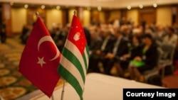 В Турции проживает многочисленная абхазская диаспора, в последние годы активно растет присутствие в Абхазии турецкого бизнеса. Турецкое руководство ведет прагматичную политику, в которой непризнание Абхазии сочетается с непрепятствованием многочисленным абхазо-турецким контактам