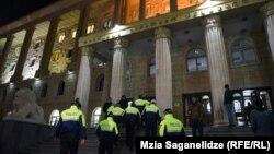 Усиленные наряды полиции у здания тбилисского суда