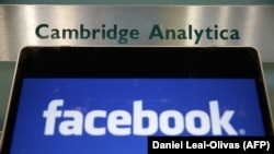 Логои Facebook дар паҳлӯи аломати Cambridge Analytica