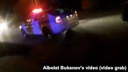 Машина полиции на месте дорожно-транспортного происшествия, во время которого сбили 21-летнюю девушку. Уральск, 18 ноября 2019 года.