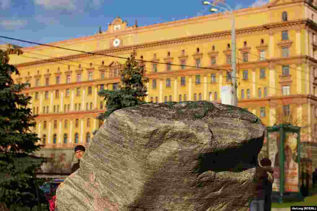 Соловецкий камень и здание ФСБ