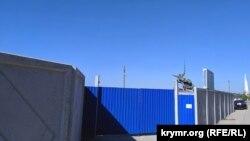 Огороженная территория строительного объекта на мысе Хрустальный