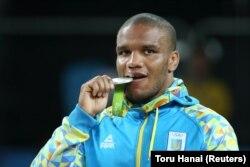 Жан Беленюк позує зі своєю олімпійською медаллю, Ріо-де-Жанейро, 2016 рік