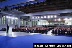 Президент Росії Володимир Путін (ліворуч) під час виступу з щорічним посланням до Федеральних Зборів Російської Федерації. Москва, 1 березня 2018 року