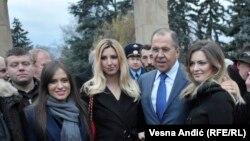 Ruski ministar spoljnih poslova Sergej Lavrov sa Nemanjom Ristićem i pripadnicama Zavetnika