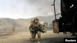 Солдат НАТО на месте, где произошла атака боевиков.