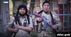 Кадр из пропагандистского видео. Казахский боевик Марат Мауленов (справа) призывает вступить в ряды экстремистской группировки ИГ.