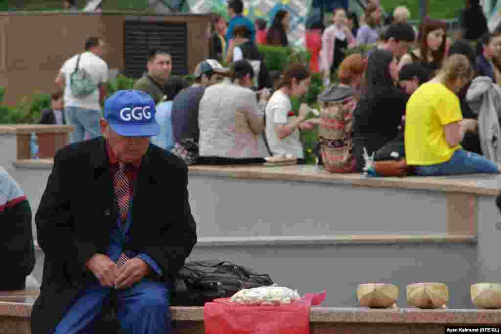 Рахматулла Абаханов торгует куртом. Он говорит, что награжден медалью «Енбек ери». Пенсионер показал репортеру Азаттыка свидетельство, подтверждающее его вступление в партию «Нур Отан» в 2015 году. Алматы, 1 мая 2018 года.