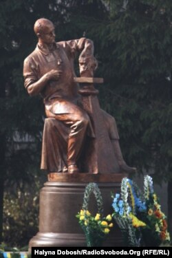 Пам'ятник Григору Круку в селі Братишів, де народився