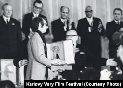 Кен Лоач получает награду, 1970