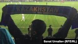 Фанаты на матче молодежных сборных Казахстана и Англии. Актобе, 6 октября 2016 года.