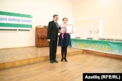 Гран-При иясе Алсу Исмәгыйлованы 84нче гимназия мөдире Равил Идрисов бүләкли