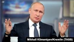 Владимир Путин во время прямой линии, 7 июня 2018 г.