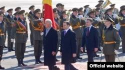 Премьер-министр Молдовы Влад Филат и вице-президент США Джо Байден в аэропорту Кишинева. 11 марта 2011 года