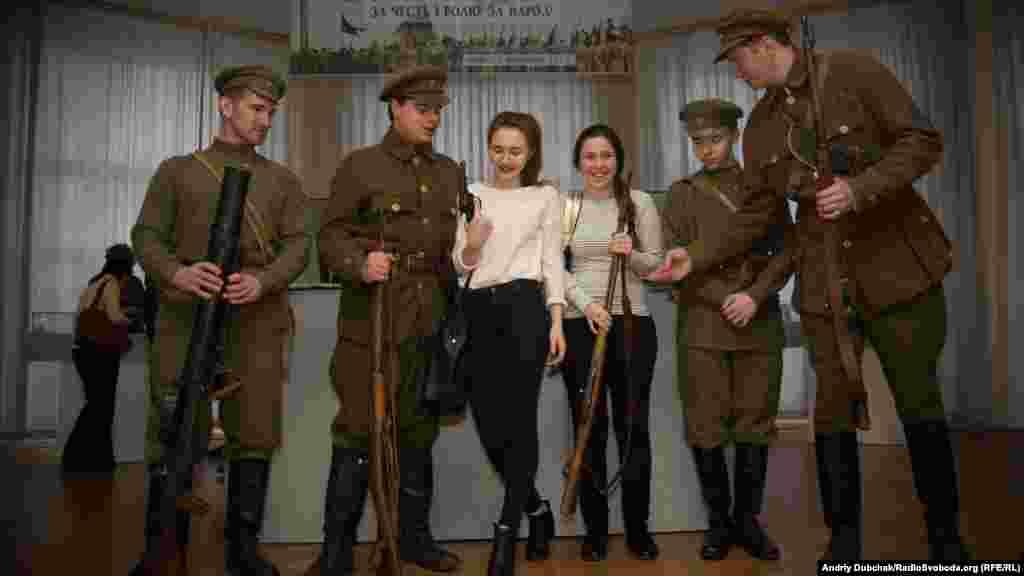 Реконструктори з ВІК «Повстанець»наживо демонстрували гостям відтворені зразки одностроїв та оригінали зразків озброєння вояків Армії УНР