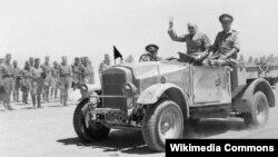 Уинстон Черчилль приветствует союзные войска в Эт-Тель-Эль-Кебире, Египет, 9 августа 1942 года