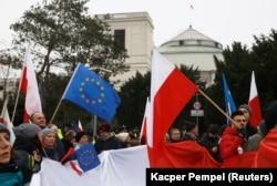 Польша оппозициясының ұйымдастыруымен парламент алдына билікке қарсы наразылық шеруіне шыққандар Польша мен Еуропа Одағы туларын көтеріп тұр. Варшава, 17 желтоқсан 2016 жыл.