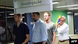Američki plivači Gunnar Bentz (lijevo) i Jack Conger (drugi s desna) na aerodromu u Rio de Janeiru, 18. august 2016.