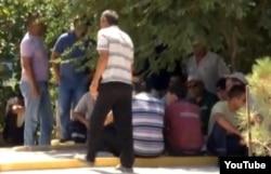 """Бастующие нефтяники компании """"Мунайфилдсервис"""", Жанаозен, 24 июля 2012 года. Кадр с сайта Youtube."""