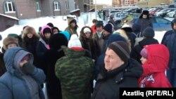 Балаларын Казанның 35нче мәктәбенә 1нче сыйныфка бирергә теләгән ата-аналар чират тора
