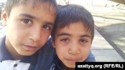 Дети-попрошайки в Бишкеке позируют для корреспондента Азаттыка.