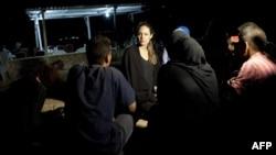 Актриса Анджелина Джоли на встрече с сирийскими беженцами в Иордании, только что перешедшими границу, 12 сентября 2012 года.