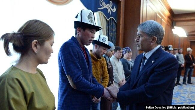 Президент Алмазбек Атамбаев учак кырсыгында жакындарын жоготкон жарандарды резиденцияда кабыл алган.