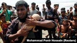 Bangladeş. Rohinca qaçqını Nasir Ahmed 40-günlük ölmüş oğlunu qucağında tutub...