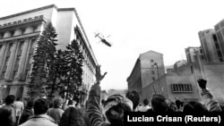 Fuga dictatorilor de pe fostului sediu al CC al PCR, București, 22 decembrie 1989.