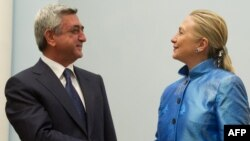 Armenia -- President Serzh Sarkisian (L) greets US Secretary of State Hillary Clinton at the presidential palace in Yerevan, 04Jun2012