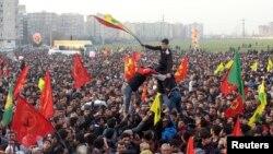 اكراد في دياربكر يحتفلون بتحرير كوباني