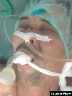 Базарбай Кенжебаев лежит под системой в больнице. Жанаозен, декабрь 2011 года.