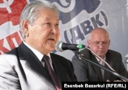Серикболсын Абдильдин, в бытность первым секретарем Компартии, и оппозиционный политик Владимир Козлов, содержащийся ныне в тюрьме по уголовному обвинению, проводят в Алматы совместную пресс-конференцию. 25 сентября 2010 года.