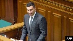 Vitaly Klitschko duke folur në senacën e sotme të Parlamentit të Ukrainës