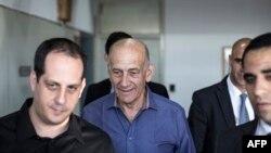 Эхуд Ольмерт (в центре) перед началом судебных слушаний в марте этого года