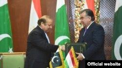Tajik president Emomali Rahmon (R) with Pakistani Prime Minister Nawaz Sharif.