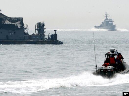 Južnokorejski brodovi patroliraju blizu ostrava Yeonpyeong u septembru 2010.