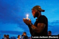 Участник акции памяти Джорджа Флойда на месте его гибели