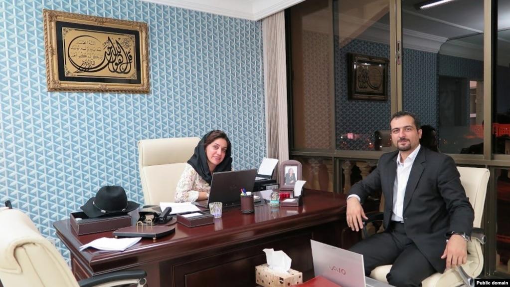 رضا گلپور در دفتر کار شهرزاد میرقلیخان.