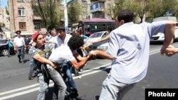 Կոմիտաս 5-ում բողոքի ակցիա անցկացնող ակտիվիստների և ոստիկանների ընդհարումը, օգոստոս, 2013թ․