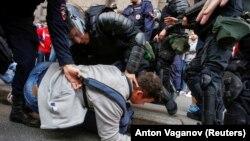 Ռուսաստան - Ոստիկանները ձերբակալում են ցուցարարին, Սանկտ Պետերբուրգ, 9-ը սեպտեմբերի, 2018թ․