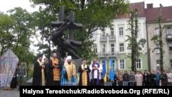 Молитва біля памятника жертвам більшовицьких репресій, Львів, 8 травня 2012 року