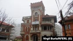 """Vila de patrimoniu, construită în perioada interbelică de arhitectul Toma Socolescu, a fost una dintre locuințele lui S.O.Vântu. I se spune """"palatul"""""""