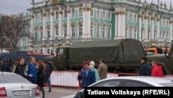 Перекрытая военными Дворцовая площадь Санкт-Петербурга