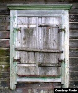 Забітыя вокны пазначаюць нежылы, мёртвы дом
