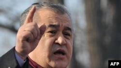 Қырғызстанның «Ата Мекен» оппозициялық партиясы жетекшісі Омурбек Текебаев жақтастары алдында сөйлеп тұр. Бішкек, 13 ақпан 2013 жыл.