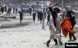 Спецзагін поліції розганяє демонстрантів на мості Каср-ан-Ніл, що веде до площі Тахрір, у Каїрі, 28 січня 2013 року