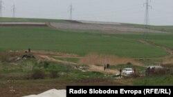Полицијата врши увид на местото каде што беа убиени пет момчиња во близина на Смилковското Езеро кај Скопје на 13 април.