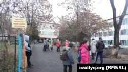 Учащиеся во дворе школы. Иллюстративное фото.