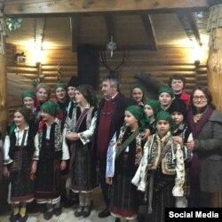 """Gina Puică alături de ansamblul folcloric de copii """"Izvoraş"""", din Ropcea, raionul Storojineţ, regiunea Cernăuţi"""
